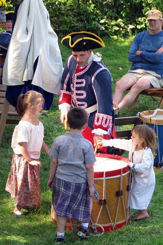 Children playing drum with revolutionary soldier